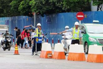 Lực lượng điều tiết túc trực, hướng dẫn người dân lưu thông tại giao lộ Lê Lai - Phạm Hồng Thái (Q.1) ẢNH: TRÁC RIN
