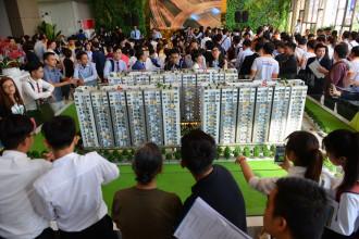 Him Lam Phú An vẫn làm tâm điểm của khu vực quận 9, do đó, hàng trăm khách hàng vẫn đội nắng đến tìm cơ hội mua.