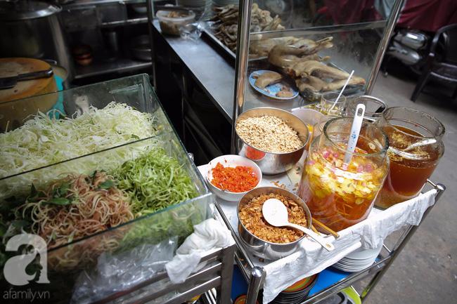 """Một góc """"ẩm thực"""" của quán cháo vịt Bé Ba."""