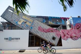 The Factory Contemporary Arts Centre - khu nghệ thuật đương đại - vừa ra đời tại đường Nguyễn Ư Dĩ (Thảo Điền, quận 2) với những chiếc container được lắp đặt không theo chuẩn mực nhưng khá ấn tượng.