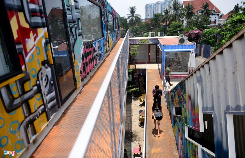 Công trình nằm trên diện tích 1.000 m2, được thiết kế 2 tầng bằng vật liệu thép và kính, bên ngoài trang trí vẽ graffiti bắt mắt.
