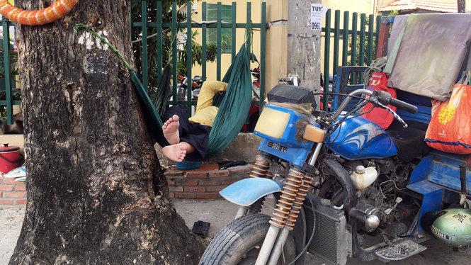 Góc ngã tư HồngHà - Bùi Minh Giám, quận Phú Nhuận các anh chạy xe ba gác trốn nắng ở gốc cây - Ảnh: Tự Trung