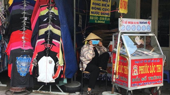 Mọi ngày người buôn bán nhỏ dọc vỉa hè bày hàng hóa ra mép đường nhưng những ngày nắng nóng đều chọn cho mình một góc nhỏ để trốn nắng - Ảnh: Tự Trung