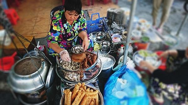 Cháo lòng Cô Giang (đường Cô Giang, quận 1) đã có hơn 80 năm. Hiện người bán là cháu ngoại bà Lê Thị Út – người chủ đầu tiên của gánh cháo này. Cháo ở đây được nấu theo kiểu Sài Gòn xưa với huyết tươi được cho trực tiếp vào nồi.