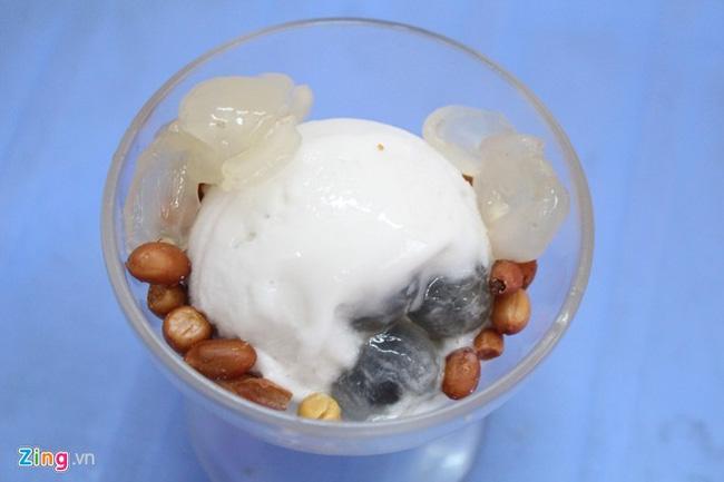 Kem nhãn Chú Tám (Trương Hán Siêu, quận 1) quen thuộc với nhiều thế hệ người Sài Gòn – hơn 30 năm. Mỗi ly gồm một viên kem nhãn màu trắng, rắc thêm vài hạt đậu phộng chiên giòn. Nhân của viên kem có trái nhãn còn tươi.