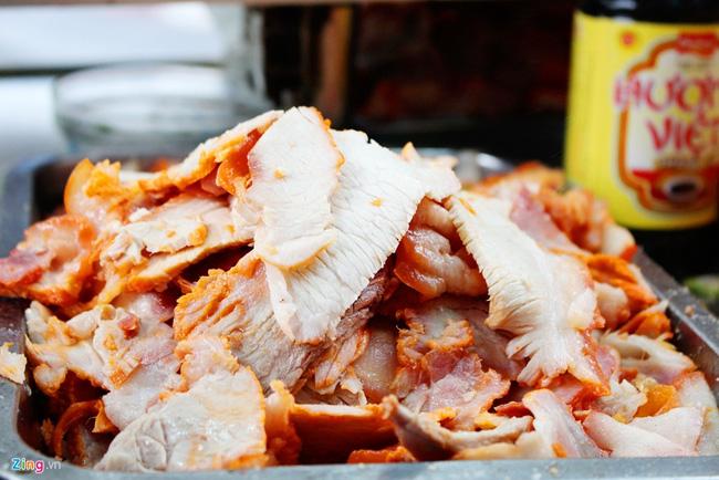 Anh Hồ Quốc Dũng, người bán hiện nay, cho biết công thức luộc thịt và chế biến nước luộc do ông ngoại của anh – ông Trần Văn Hậu, người khai sinh xe bánh mì – tìm ra và truyền lại cho con cháu. Bánh mì Bảy Hổ nhỏ, phần nhân bánh là thịt luộc xắt mỏng và nước luộc thịt đã nêm nếm.