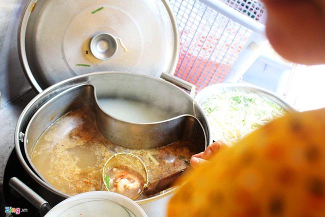 Hủ tiếu Thanh Xuân (đường Tôn Thất Thiệp, quận 1) đã có hơn 75 năm, bán nhiều món như hủ tiếu Nam Vang, hủ tiếu nước, hủ tiếu khô, mì chỉ… Trong đó, được yêu thích nhất là hủ tiếu càng cua (khô).
