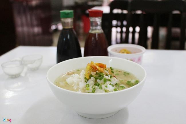Hủ tiếu Nam Lợi (đường Tôn Thất Đạm, quận 1) đã có hơn 70 năm. Quán bán ba món chính là hủ tiếu cá, hủ tiếu gà và bò kho. Trong đó, món được yêu thích và biết đến nhiều nhất là hủ tiếu cá.