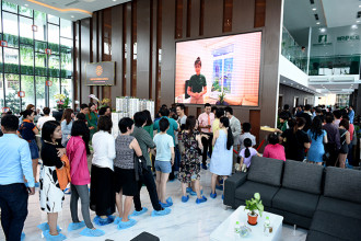 Ngày 23-4, nhiều khách hàng vẫn nhẫn nại xếp hàng để vào tham quan nhà mẫu