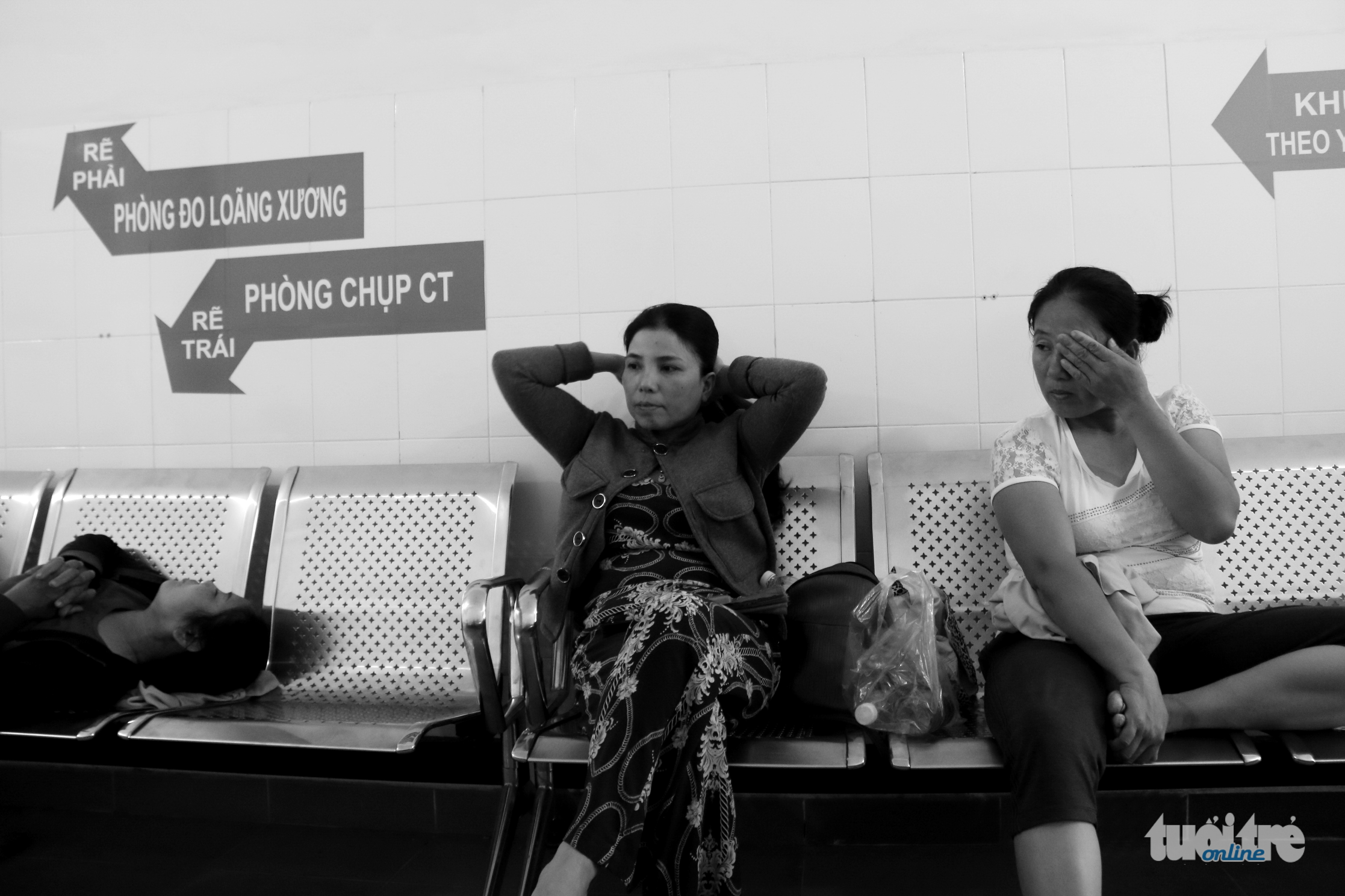 Hai người mẹ chung một âu lo khi cùng chờ hai đứa con trước phòng phẫu thuật - Ảnh: NGỌC HIỂN
