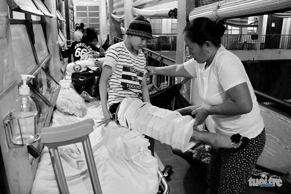 Bố Hiếu về quê, bà Đặng Thị Long (mẹ Thanh) chăm sóc luôn người bạn của con gái mình - Ảnh: NGỌC HIỂN