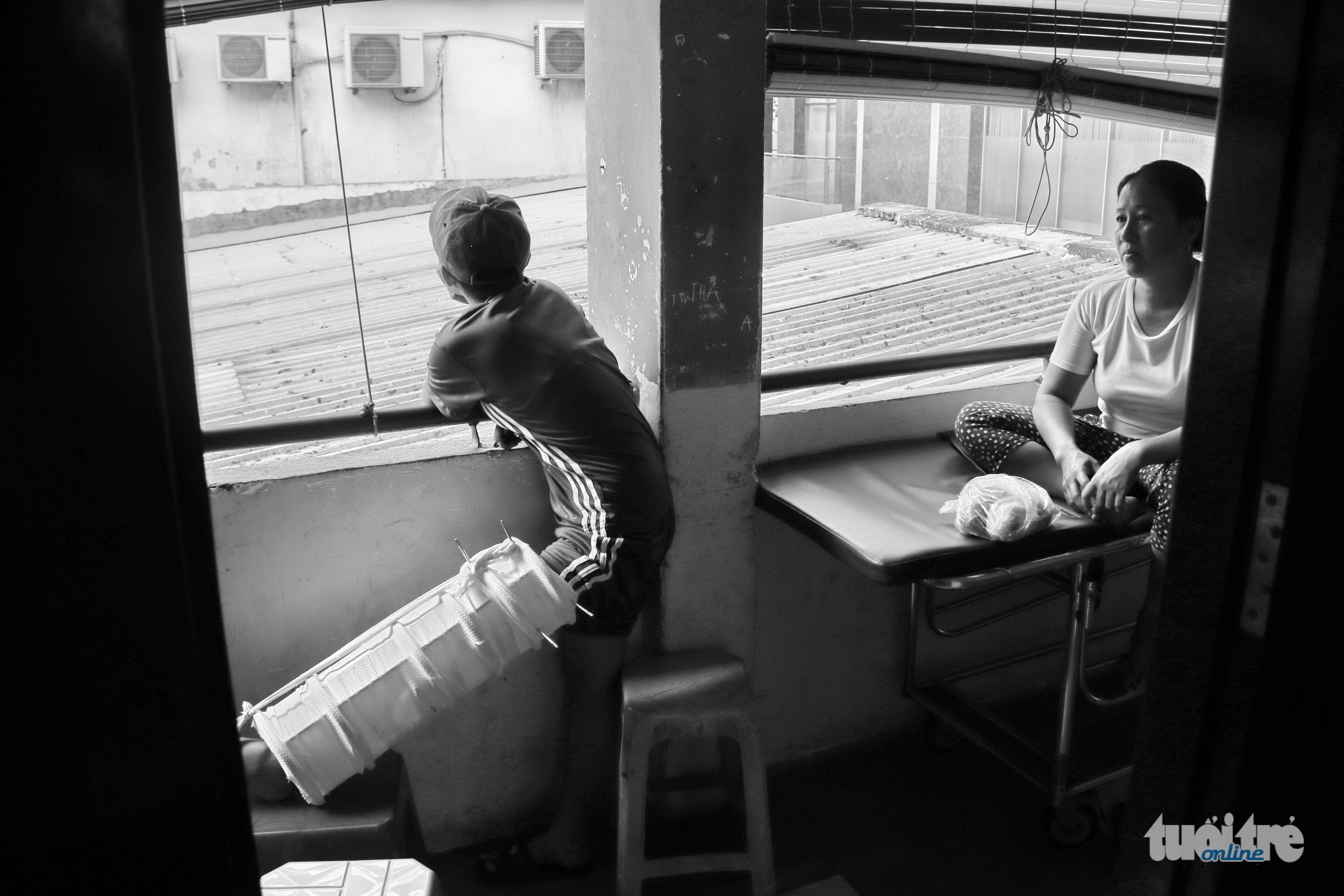 """Cũng có lúc, Thanh nói em """"ghét Sài Gòn"""" bởi lúc đi hai chân nhưng lúc về lại """"bốn chân"""" trong khi giấc mộng mua một chiếc xe đạp điện để đi học lại chưa thành - Ảnh: NGỌC HIỂN"""