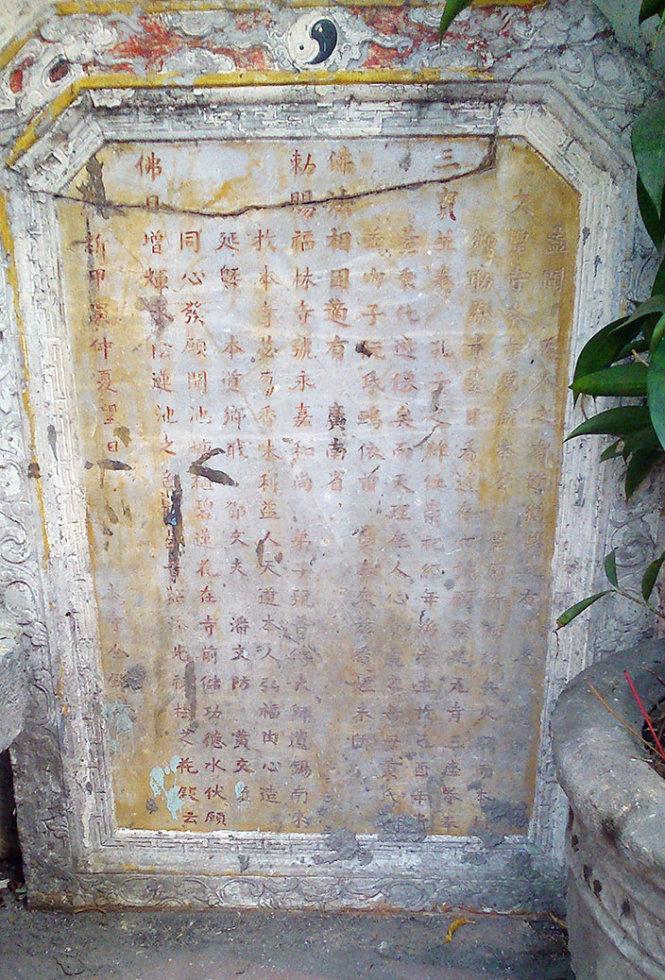 Bia ghi chùa Văn Thánh xây trên nền Văn Thánh Miếu xưa - Ảnh: HỒ TƯỜNG