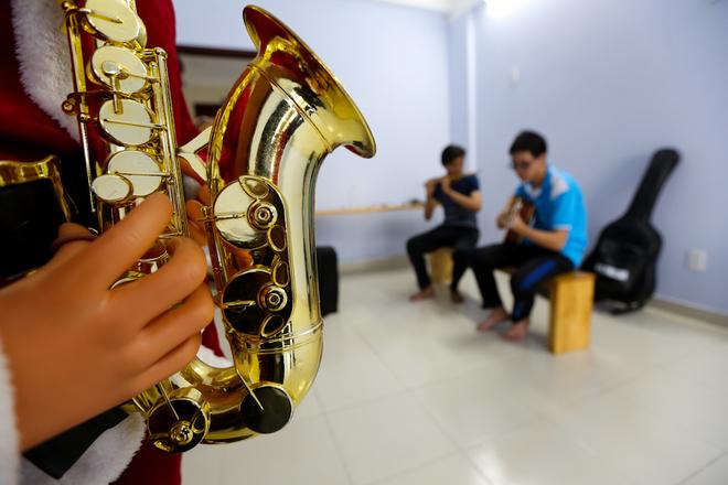 Có hẳn một phòng nhạc cụ, trang bị các loại kèn, sáo, đàn guitar, trống cajon... để các sinh viên đam mê âm nhạc sử dụng.