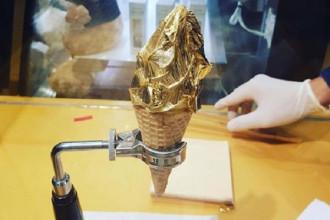 Kem dát vàng 149.000 đồng  Cây kem dát vàng 24 karat gây sốt ở TP HCM mấy tháng qua. Công thức của món này rất đơn giản: kem tươi được cho vào ốc quế, sau đó đắp một lá vàng nguyên chất ăn được bên trên. Có hai loại kem là vani và matcha, hoặc kết hợp cả hai hương vị này.Giá một cây kem dát vàng là 149.000 đồng, hơi cao so với mặt bằng chung. Vì là kem tươi, cây kem tan khá nhanh.Thực khách cần ăn nhanh nên cảm nhận về miếng vàng siêu mỏng trên bề mặt kem cũng nhanh chóng tan theo.Nếu không muốn thử kem dát vàng, thực khách có thể chọn kem tươi loại thường có giá 89.000 đồng.