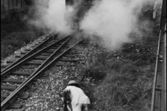 Tàu hỏa Việt Nam 60 năm trước đơn giản, cũ kỹ, toa gỗ, thải đầy khói, khách phần lớn là dân nghèo. Nhiếp ảnh gia Werner Bischof là phóng viên độc lập cho nhiều tờ báo quốc tế, sau đó trở thành phóng viên chiến trường tại Việt Nam, cộng tác với tạp chí Paris Match.