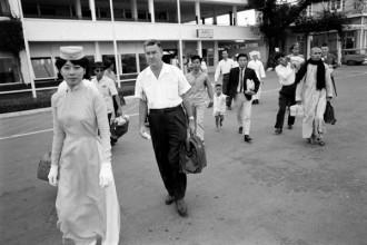 Đồng phục của nữ tiếp viên hàng không miền Nam Việt Nam (Air Vietnam) là áo dài màu xanh da trời chít ngang phần eo, một kiểu áo dài đặc trưng của phụ nữ Sài Gòn những năm 60 thế kỷ trước.