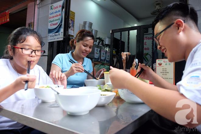 Chiều rước con đi học về, chị gái này cao hứng dẫn hai đứa nhỏ đi ăn mì Tàu để hưởng lạc thú Sài Gòn chính hiệu.