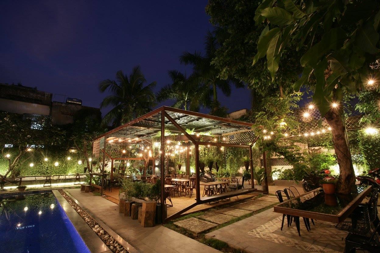 Gò Vấp nổi tiếng với cà phê sân vườn, sân của Saigon Chic có một…hồ bơi, và đây là không gian buổi tối.