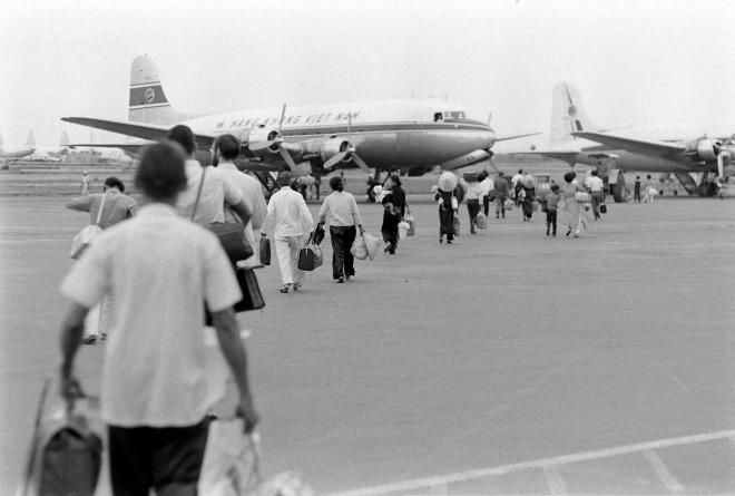 Thời điểm này, hành khách phải tự di chuyển một đoạn khá xa từ khu vực làm thủ tục đến máy bay chứ chưa có hỗ trợ từ xe hay cầu ống như hiện nay.