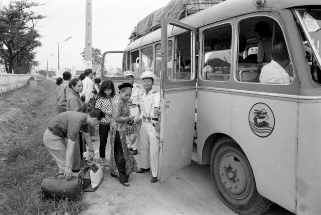 Xe buýt đưa đón khách đến sân bay. Bill Eppridge đã ghi lại những hình ảnh về một chuyến bay dân sự ở Sài Gòn, tại sân bay Tân Sơn Nhất năm 1965