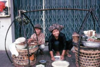 Gánh hàng ăn vỉa hè Sài Gòn năm 1967.