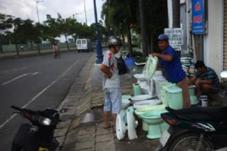 Cửa hàng bồn cầu của ông Quyện trên đường Võ Văn Kiệt