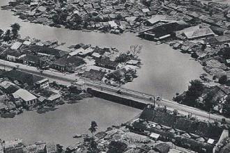 Cầu Kiệu năm 1955. Bên trái là đường Phan Đình Phùng về chợ Phú Nhuận hiện nay; bên phải là đường Hai Bà Trưng đi Sài Gòn. Rõ ràng đây là cây cầu trung chuyển khu vực Gò Vấp, Phú Nhuận với Sài Gòn xưa. Dãy nhà ngói trên đường Hai Bà Trưng (bên dưới ảnh) nay vẫn còn - Ảnh tư liệu