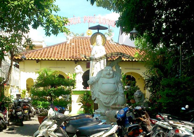 Chùa cổ Phú Long trên đường Huỳnh Văn Bánh - Ảnh: HỒ TƯỜNG