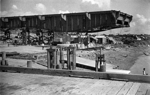 Xây cầu Đồng Nai năm 1959 - một trong các hạng mục của Xa lộ Biên Hòa. Ảnh: George E Gray