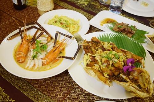 """Bàn ăn đồ Thái 10 triệu đồng Dịch vụ """"một bàn duy nhất"""" ở nhiều nước đã xuất hiện ở TP HCM với các món ăn Thái Lan. Phòng VIP ở quán trên đường Nguyễn Chí Thanh (quận 10) mỗi ngày phục vụ một bàn. Thực khách không chọn món mà thực đơn do đầu bếp lựa chọn, khoảng 10-12 món, trong đó có những món đặc trưng của ẩm thực Thái như som tam, tom yum… được chế biến đặc biệt hơn. Chi phí 10 triệu cho bàn ăn 10 người nhưng quán vẫn hút khách, bởi nhiều người muốn thực sự tận hưởng món ăn và văn hóa Thái Lan được phục vụ bởi đầu bếp đến từ xứ chùa Vàng."""