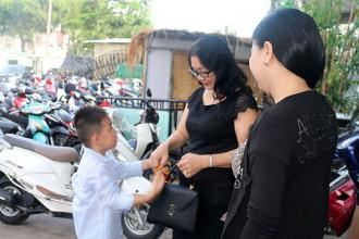 2. Be Ca Phao - Con trai cua Le Phuong den xem me thi (4)