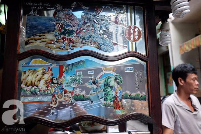 Một bức tranh kiếng trên xe mì Tàu Thiệu Ký mô tả cảnh Đổng Trác đại náo Phụng Nghi Đình.