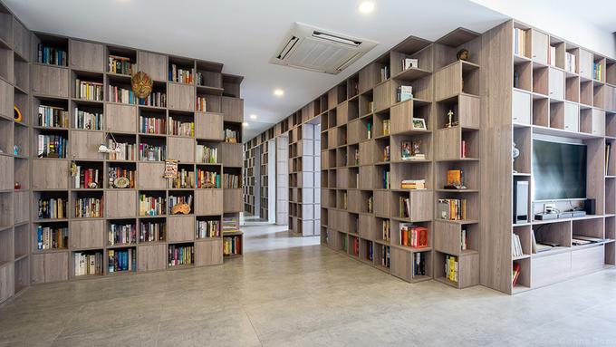 Số lượng sách rất nhiều trở thành thử thách lớn nhất nhưng cũng là nguồn cảm hứng cho KTS Tạ Vĩnh Phúc. Căn hộ 110 m2 trở thành không gian dành cho sách với rất nhiều mảng tường được biến thành kệ. Toàn bộ cửa phòng ngủ, phòng tắm được tích hợp vào hệ tường đặc biệt này.