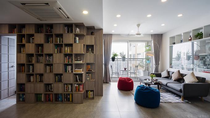 Tường sách cũng giúp phân chia nhà thành hai không gian chính. Không gian chung bao gồm phòng khách, phòng ăn, bếp và không gian riêng có các phòng ngủ, phòng tắm.