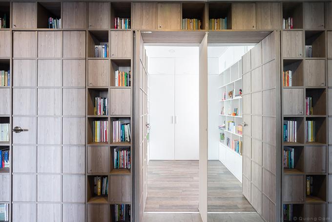 Gương soi lớn được gắn trên bức tường cuối hành lang phản chiếu hình ảnh của hệ kệ sách tạo nên những góc nhìn bất ngờ và thú vị.