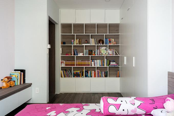 Phòng ngủ của con gái nhỏ được bố trí tiện nghi với giường ngủ, tủ quần áo, bàn học, tủ tường.