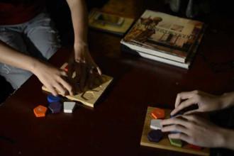 Thực khách trước khi vào phòng ăn sẽ tham gia trò chơi trong khi hai mắt bị che lại. Trò chơi xếp hình giúp khách làm quen với việc cảm nhận trong bóng tối.