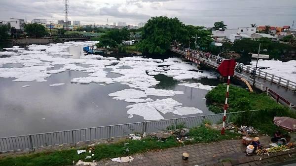 Được biết, hiện tượng bọt trắng trên kênh Tàu Hủ đã nhiều lần xuất hiện trước đó. Hiện tượng này khiến người lo lắng vì lo sợ môi trường bị ô nhiễm.