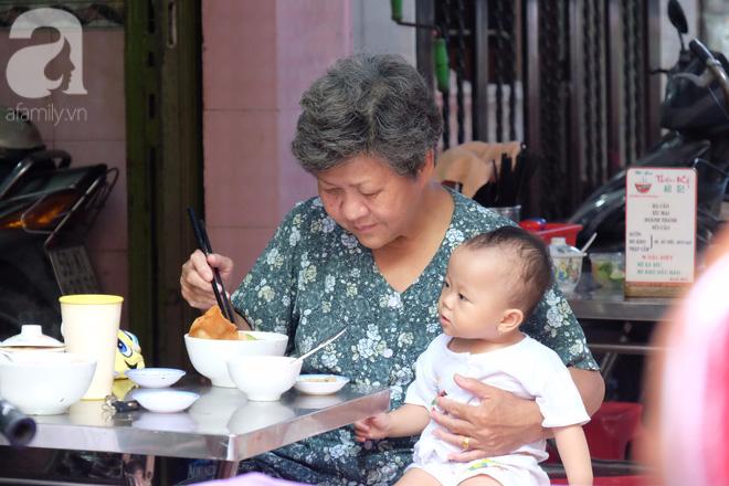 Bà lão người Hoa ăn mì vì... chồng thích ăn. Bà nói, chồng bà ăn ở đây từ khi mười mấy tuổi tới giờ còn thích, nên chiều nào ông bà cũng ẵm cháu nội ghé Thiệu Ký làm một hai tô.