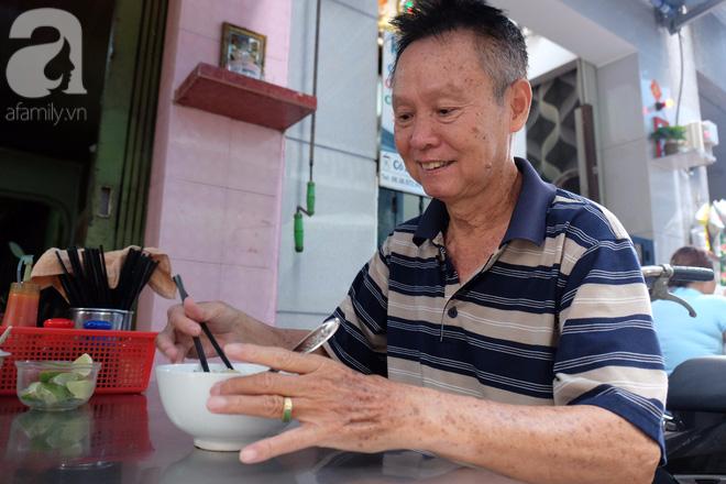 """Một cao niên khách mối của mì Tàu Thiệu Ký chia sẻ: """"Ngày nào ông cũng ăn ở đây a, cả gia đình ông cũng thích ăn Thiệu Ký. Ăn vì ngon là một chuyện chứ quan trọng nhất là ăn để ôn lại hương vị xưa a""""."""