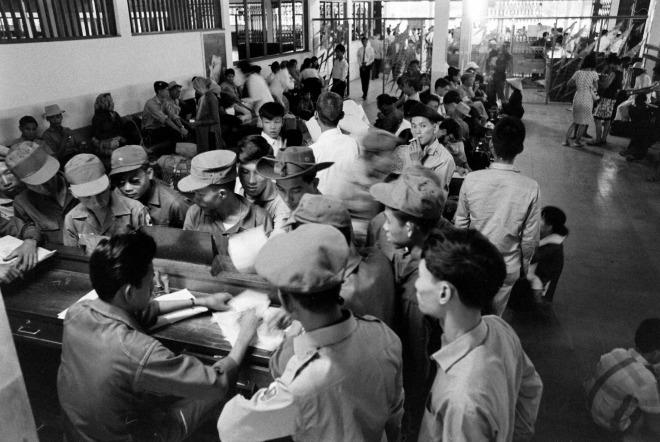 Bên trong khu vực sảnh sân bay Tân Sơn Nhất bấy giờ. Nhiếp ảnh gia, phóng viên ảnh Bill Eppridge (1938 - 2013) người Mỹ, làm việc cho tạp chí Life từ năm 1960 đến năm 1972. Ông là một trong những phóng viên nổi bật thế kỷ 20, ghi lại những sự kiện quan trọng giai đoạn này như cuộc chiến tranh Việt Nam, phong trào dân quyền ở Mỹ...
