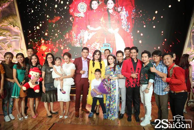 3. Nguoi than va fan ham mo den ung ho va chuc mung doi cua Le Phuong (1)