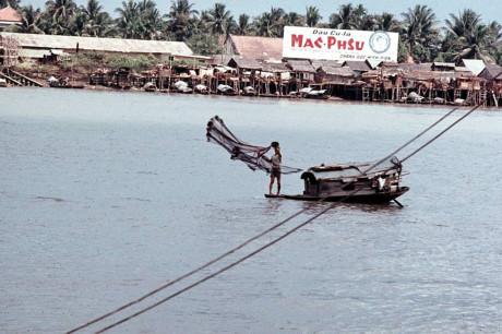 Ngư dân quăng lưới trên sông Sài Gòn. Ảnh: Oldspooksandspies.org.