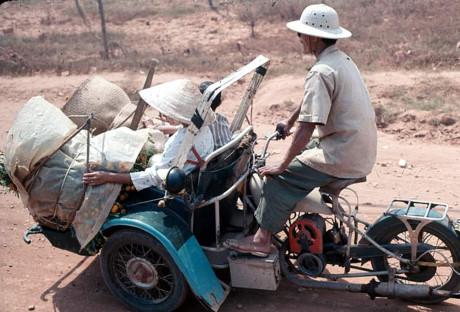 Chuyến xích lô máy ở ngoại ô Sài Gòn. Ảnh: Oldspooksandspies.org.