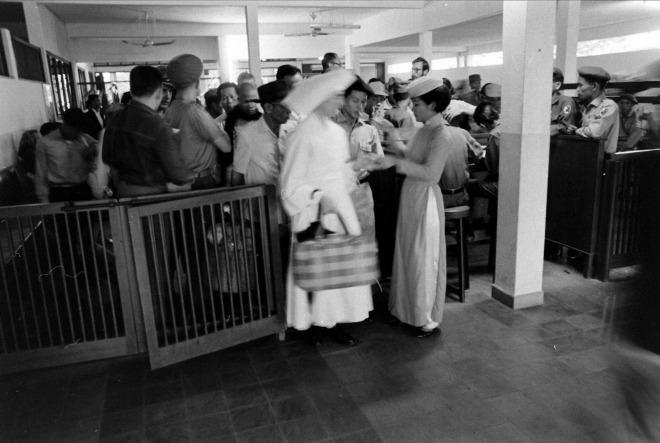 Hành khách sau khi làm thủ tục xong được vào khu vực chờ bên trong trước khi lên máy bay.
