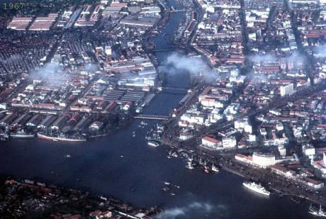 Một gócSài Gòn năm 1967 nhìn từ máy bay: bên phải là quận 1, bên trái là quận 4, bán đảo Thủ Thiêm ở phía dưới. Ảnh: Oldspooksandspies.org.