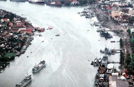 Sông Sài Gòn nhìn từ máy bay, bến Bạch Đằng ở bên phải. Ảnh: Oldspooksandspies.org.
