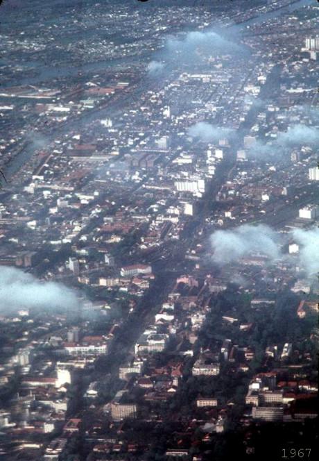 Trục đường Lê Lợi - Trần Hưng Đạo nhìn từ máy bay. Ảnh: Oldspooksandspies.org.