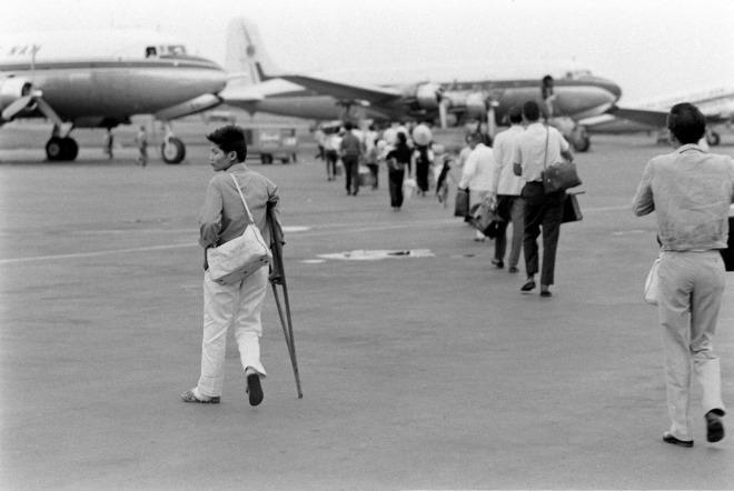 Trong ảnh, một người khuyết tật cũng tự di chuyển ra máy bay.